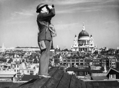 Britští pozorovatelé během bitvy o Británii sledují blížícího se nepřítele. Chtějí ochránit londýnský kostel svatého Pavla.