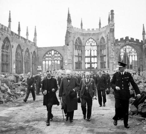 Winston Churchill prochází troskami katedrály v Coventry.