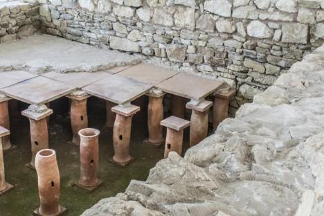 Dlážděná podlaha vytápění římských domů musí stát na asi 80 cm vysokých sloupcích.