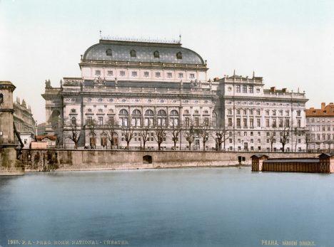 Duší sbírky na pražské Národní divadlo se stává hrabě Jan Nepomuk Harrach.