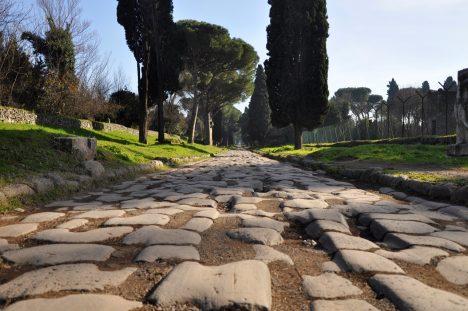 Tato silnice se stala nejdůležitější tepnou v srdci římské říše. Cestu nechal vybudovat politik Caecus v roce 312 př. n. l., aby zvrátil nedobře vyhlížející válku se samnitskými kmeny. Římští vojáci měli problém hlavně se zásobováním a vybudování cesty nakonec přispělo k vítězství Říma. Podle dochovaných záznamů prý svrchní kamení do sebe zapadalo natolik těsně, jako by tak vyrostlo.