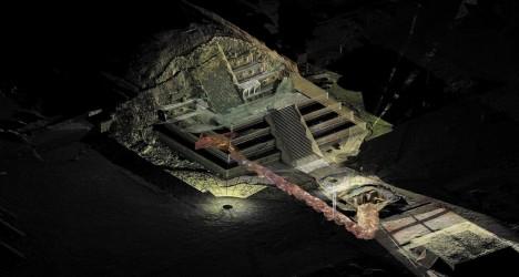 Infografika ukazuje polohu objeveného podzemního tunelu pod pyramidou Opeřeného hada.