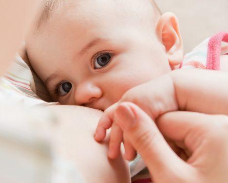 Sladká příchuť mateřského mléka aktivuje centra odměny v mozku a způsobuje, že se dítě cítí lépe a klidněji. Tuto zkušenost si pak dál přenášíme do dospělosti, zvlášť pokud jsme byli i v dětství odměňováni sladkostmi.