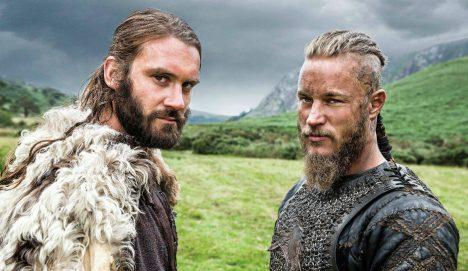 Když se řekne Viking, představíme si nejspíš zarostlého špinavého vousáče. To je ale další velký omyl. Jedním znejčastějších předmětů nalezených vhrobech významných vikinských válečníků jsou kosmetické pomůcky: hřebeny, břitvy, pinzety na vytrhávání chloupků, párátka adokonce ináčiní na leštění nehtů. Evropané se velice podivovali zvyku Vikingů dopřávat si nejméně jednoutýdně koupel.