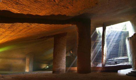 Komplex jeskyní vytesaných před více než 2000 roky jezčásti zatopen vodou. Jeho místnosti jsou až 30metrů vysoké a starověcí kopáči odsud museli vynést na světlo přibližně milion kubických metrů kamene. Většina podzemních starověkých staveb má od pochodní aloučí začouzené stropy, jeskyně Longyou ale mají stropy čisté. Čím si tedy starověcí stavitelé při práci svítili?