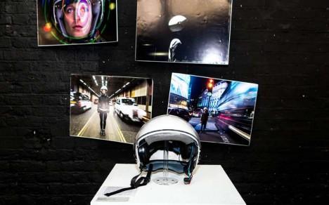 Její vynález vystavený na přehlídce v Londýně připomíná motocyklovou přilbu, je ale naplněn moderní elektronikou.