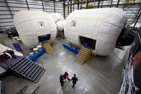 V hangárech nedaleko bulváru Las Vegas Strip se rodí nová generace vesmírných lodí. Americká firma Bigelow AeroSpace zde vyvíjí nafukovací moduly zvané Genesis.