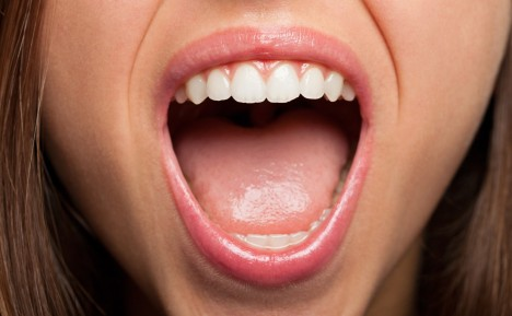 Krvácející dásně mohou mít u žen původ i v hormonech.