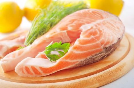 Tuňák a losos v sobě obsahují aminokyselinu tryptofan, která je důležitá pro vylepšení chemických procesů v lidském mozku.