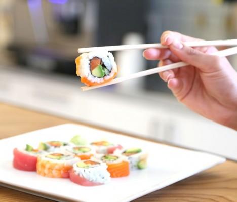 V Asii se stále drží svých jídelních hůlek, které kdysi nazval jeden vědecký časopis nejefektivnějším, nejužitečnějším a nejekonomičtějším jídelním nástrojem všech dob.