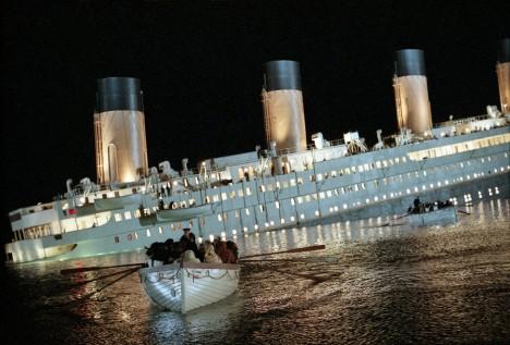 Titanic se při své první plavbě srazil 14. dubna 1912 s ledovcem a do vodního hrobu stáhl přes 1500 pasažérů a členů posádky.
