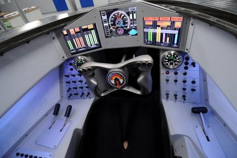 Kokpit rychlostního speciálu nepřipomíná tolik auto jako spíš křížence mezi stíhačkou a kosmickou lodí.