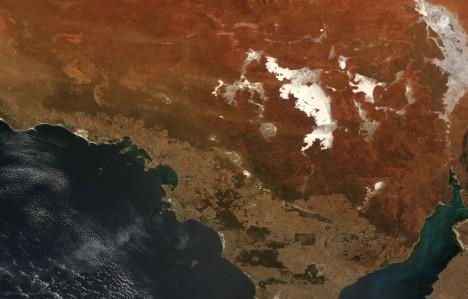 Ztohoto australského kráteru zbylo do dnešních dob kvůli půdní erozi tak málo, že byl objeven až spomocí moderních metod vroce1986. Na dně kráteru je dnes stejnojmenné jezero, které má velikost asi 20kilometrů. Energie výbuchu odpovídala řádově milionu atomových bomb.