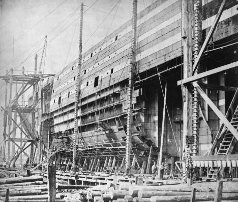 Plášť trupu byl snýtován z plátů ocele silných 19 milimetrů a bylo při tom použito celkem 3 miliony ocelových nýtů.