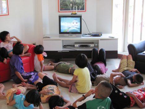 Studie americké asociace pediatrů přišla se zjištěním, že děti mladší dvou let mohou kvůli sledování pořadů později začít mluvit.