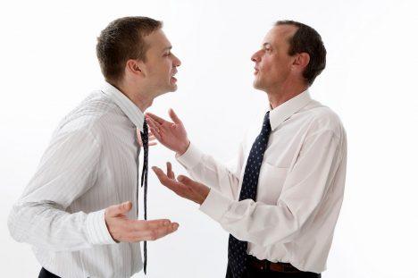 Psychopat vás dokáže účinně provokovat a pak, když mu agresi vrátíte, blahosklonně vám oznámí, že šlo jen o nezávazný šprým. Nakonec se sám začnete cítit jako naprostý cvok. Na pracovišti budou vytvářet tyto situace vypočítavým způsobem tak, aby se nakonec ostatní obrátili proti vám. Budou snižovat vaši důvěryhodnost a sbírat sympatie ostatních.