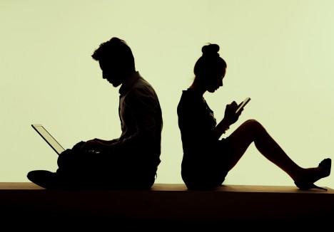 Průzkum britské univerzity Abertawe Bro Morgannwg odhalil, že nadměrné používání počítačů a tabletů způsobuje studentům chronické bolesti zad.