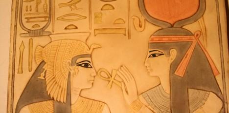 Větrové bonbony Staří Egypťané měli problémy se zuby kvůli málo vydatné stravě. Vytvořili proto několik zlepšováků, které lidé používají dodnes. Silný zápach z úst zakrývali cucáním speciálních bonbonů. Vyráběly se vařením různých druhů bylin, koření, kadidla, myrhy a skořice. Do směsi pak přidali med a vytvořili z ní malé pastilky podobné bonbonům.