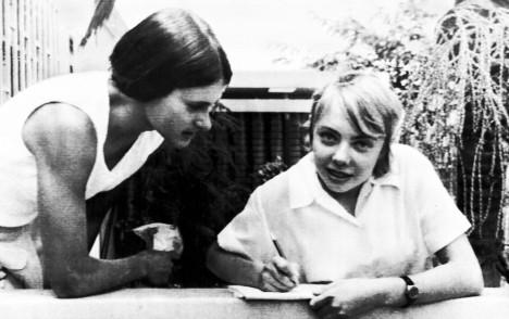 Pár dní po záchraně v roce 1972 píše Julianna dopisy z nemocnice svým spolužákům a kamarádům.