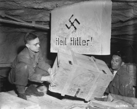 Poklad byl za přísných bezpečnostních opatření naložen do více než 10 tisíc boxů a převezen do Frankfurtu.