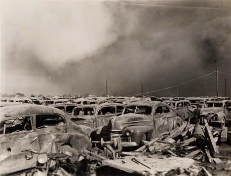 Na parkovištích v přístavu Texas City zůstaly po výbuchu a požárů desítky zdemolovaných automobilů.