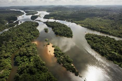 Je to k nevíře, ale přes Amazonku nevedou žádné mosty. Nejsou totiž potřeba. Okolo řeky není mnoho důležitých silnic, většinu dopravy zajišťují lodě a čluny.