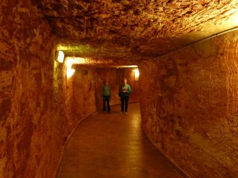 Komplex opálových dolů v australském městečku Coober Pedy je protkán štolami, přímo v nich najdete třeba hotel či obchody.