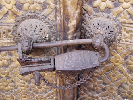 Zámky na dveřích Právě staří Egypťané přišli s vynálezem, který dodnes chrání naše soukromí i majetek. Jejich dveřní zámky velice spolehlivé a umístěné jen z vnější strany dveří. Byly nejčastěji ze dřeva a měřily i přes půl metru. Dřevěný klíč se zasunul do dutiny v závoře, kde se ukrývaly zavírací špalíčky. Zvednutím klíče v závoře byly špalíčky vtlačeny zpět a závora se pak vytáhla společně s klíčem.