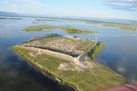 Podle rychlosti stoupání hladiny jezera vědci odhadují, že do 80 let nebude po mohutné stavbě ani památky.