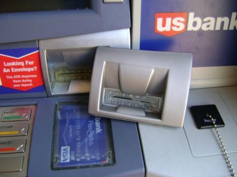 Falešnou čtečku karet na bankomatu je mnohdy těžké poznat. Vypadá přesně jako originál.