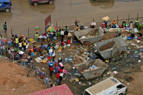 Bohatství se ale v Luandě týká jen zlomku obyvatel, ostatní žijí na hranici bídy ve slumech na okraji města.
