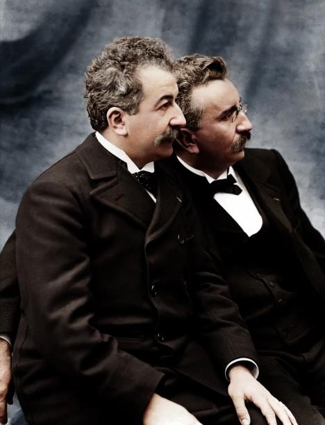 Francouzští vynálezci podniknou v roce 1896 masivní turné, během kterého předvádějí svůj výtvor v Bruselu, Londýně, New Yorku či Bombaji.