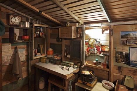 Interiér Kaczynského chaty v Montaně.