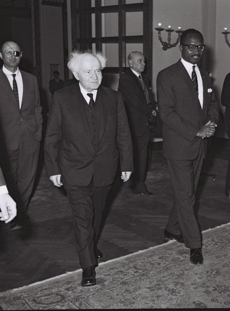 Izraelský ministerský předseda David Ben Gurion (uprostřed). Rozhodne se dát příkaz ke vzniku tajné služby Mossad.