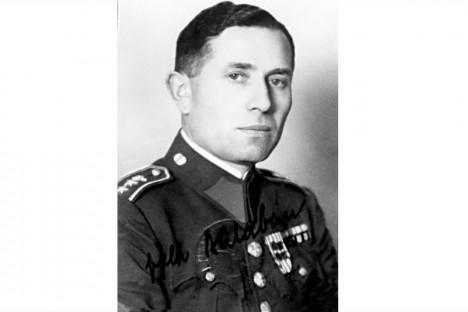 Jako prvního z trojice nacisté chytí Josefa Balabána. Může za to udavač na výplatní listině gestapa.