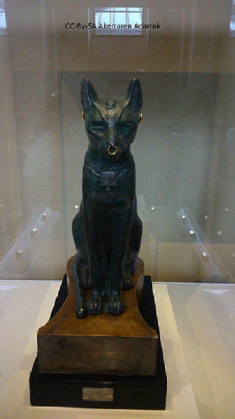 Kočka si bronzovou sochu rozhodně zaslouží. Dokáže totiž za rok zabít až 1000 myší, které v sýpkách žerou obilí.