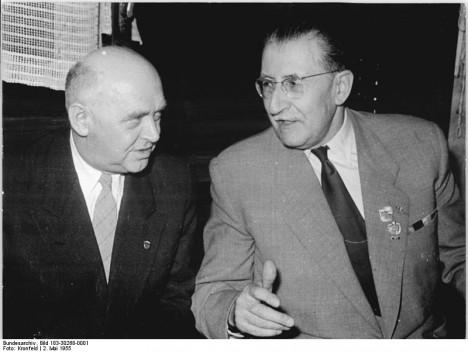 Komunistický ministr informací Václav Kopecký se snaží ovlivnit média.