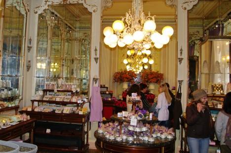Krabičky s fialkovými bonbony jsou dodnes v nabídce vídeňské cukrárny.