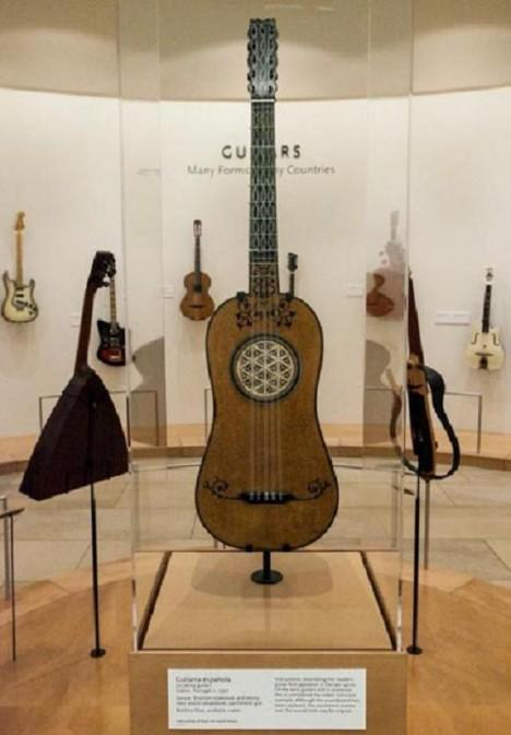 Kytara podobné té současné se poprvé objevuje ve 14. století. Tato ovšem  pochází  z 16. století. Najdeme ji v muzeu v americkém Phoenixu.