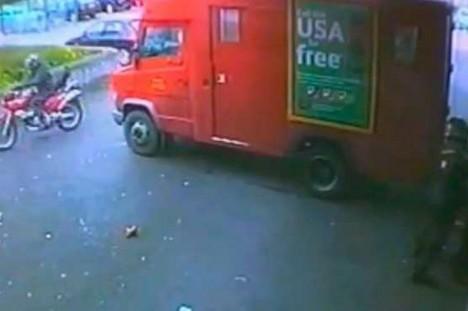Loupež u supermarketu v Colne zachytila bezpečnostní kamera.