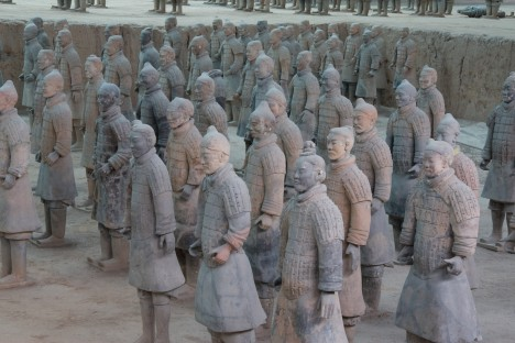 Místo posledního odpočinku Čchin Š'-chuang-tiho střeží také slavná armáda hliněných válečníků.