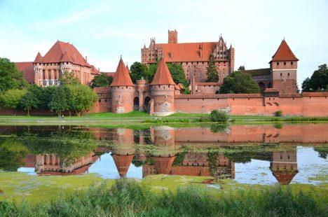 Je to největší gotická stavba na světě a současně také největší stavba z cihel na světě i nejrozsáhlejší hradní komplex. Rozlohou je v porovnání s druhým hradem v žebříčku, pevností Mehrangarh, téměř 1× větší.