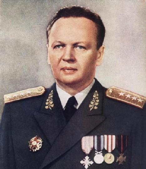 Ministr národní obrany Alexej Čepička často využívá slabosti svého tchána.