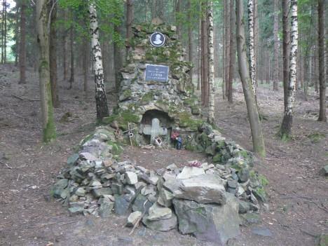 Na památku hrůzné tragédie stojí u vsi Voltuše mohyla.