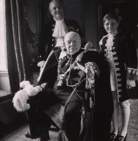 Na rodinu si Churchill potrpí. Se synem Randolphem a vnukem.