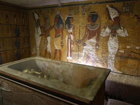 Tutanchamonův hrob našel v roce 1922 Brit Howard Carter. Byla téměř neporušená a obsahovala na 5 tisíc předmětů. Za zdobenými stěnami má být tajný vchod.