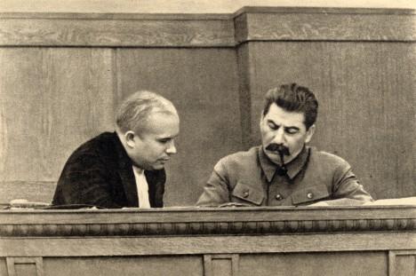 Nikita Chuščov a Josif Vissarionoviš Stalin. Chruščov ještě netuší, že jednoho dne Stalinovy praktiky odsoudí.