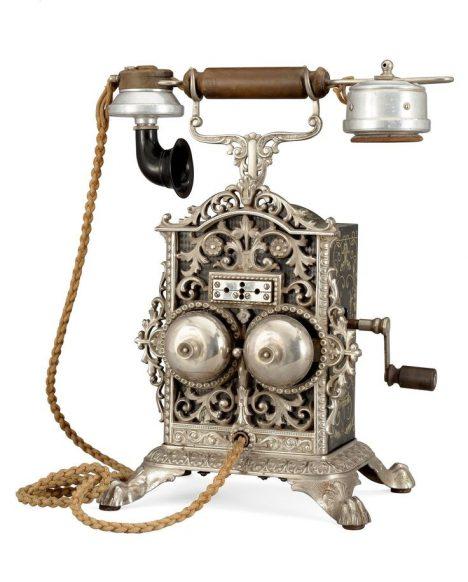 Nový vynález telefon skončí v císařově rezidenci na toaletě.