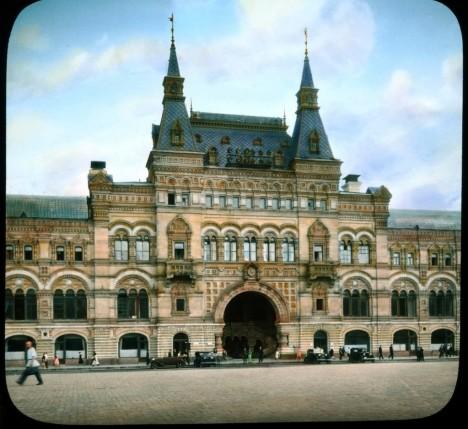 Obchodní dům GUM nechává stavět sám ruský car Mikuláš II. V době vzniku trumfne všechny podobné stavby v Evropě.