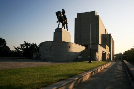 Původně byl památník s jezdeckou sochou Jana Žižky určený pro expozici husitství. Místo ní se zde až do roku 1962 nacházely Gottwaldovy ostatky.